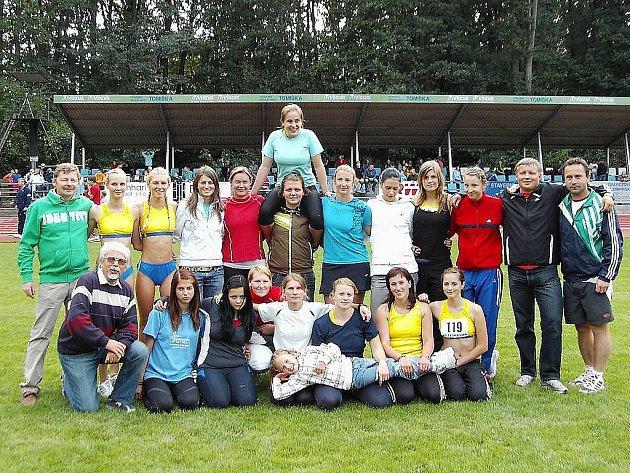 Neúplné družstvo žen s trenéry a funkcionáři.