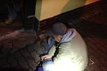Muž, kterého zpacifikovali až městští strážníci, skončil v nemocnici kvůli otravě alkoholem.
