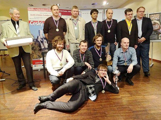 Tým 1. Novoborského ŠK s trofejí