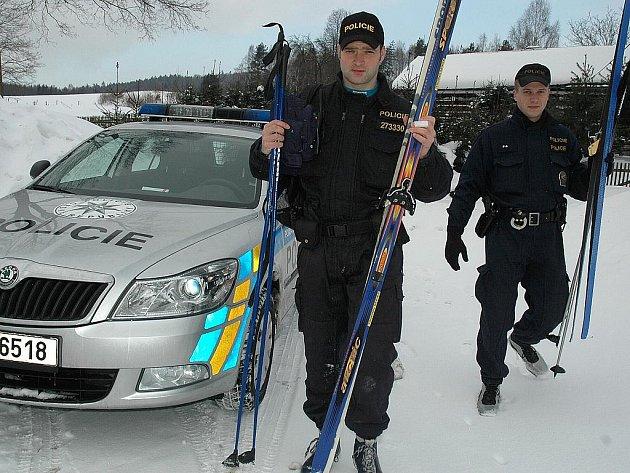 Policisté z Jablonného vyrážejí do terénu na lyžích.