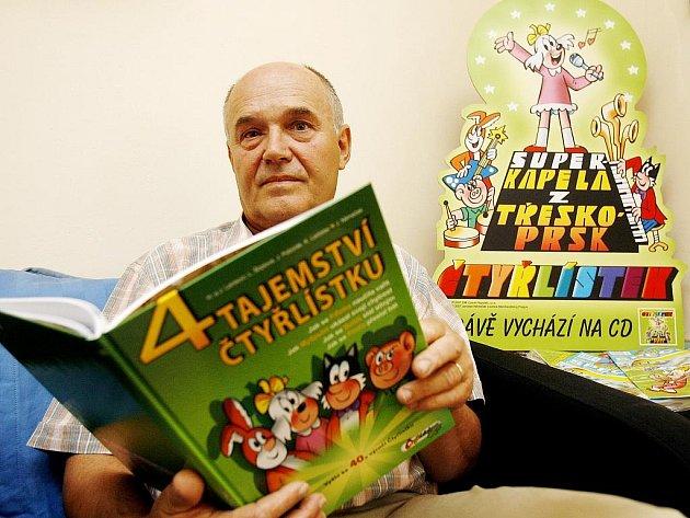 Výtvarník Jaroslav Němeček v redakci Čtyřlístku.