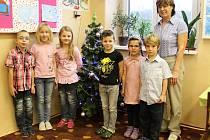 Prvňáčci ze Základní školy Dubnice s paní ředitelkou Jaroslavou Hujkovou.