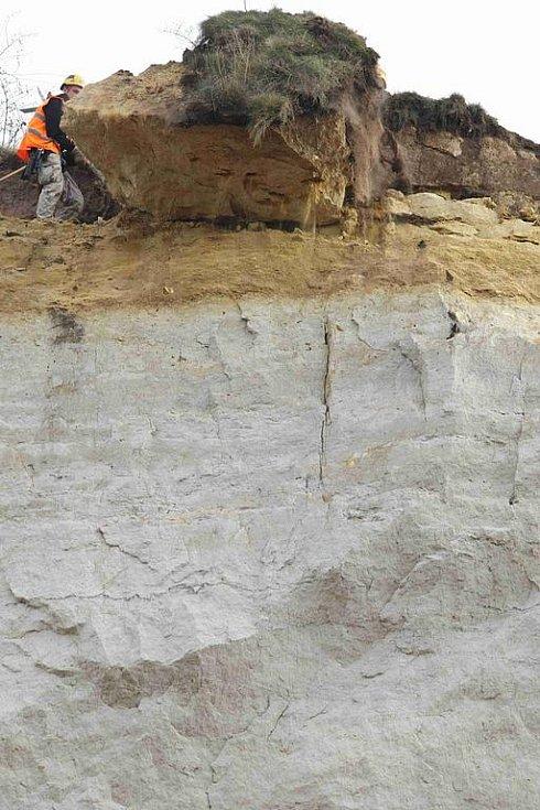 Desetitunový kus pískovcové skály, který hrozil zřícením, shodili pracovníci specializované firmy na zem. Sanují tak skálu, která se nedávno začala díky zvětrávání rozpadat.
