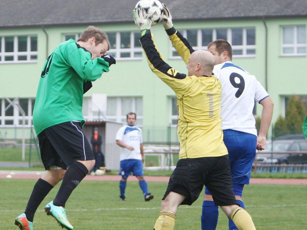 Zákupy podlehly rezervě Doks 1:3. Domácí gólman Pelc za asistence Jersone chytá míč před Čvančarou.