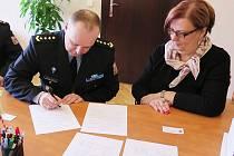 Ředitel věznice Ladislav Blahník se starostkou Lípy Romanou Žateckou při podpisu dohody.
