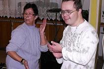 Zdravotně postižení z Denního stacionáře vítali Vánoce a loučili se s rokem. Budovu zaplnila muzika, vůně jehličí a cukroví.