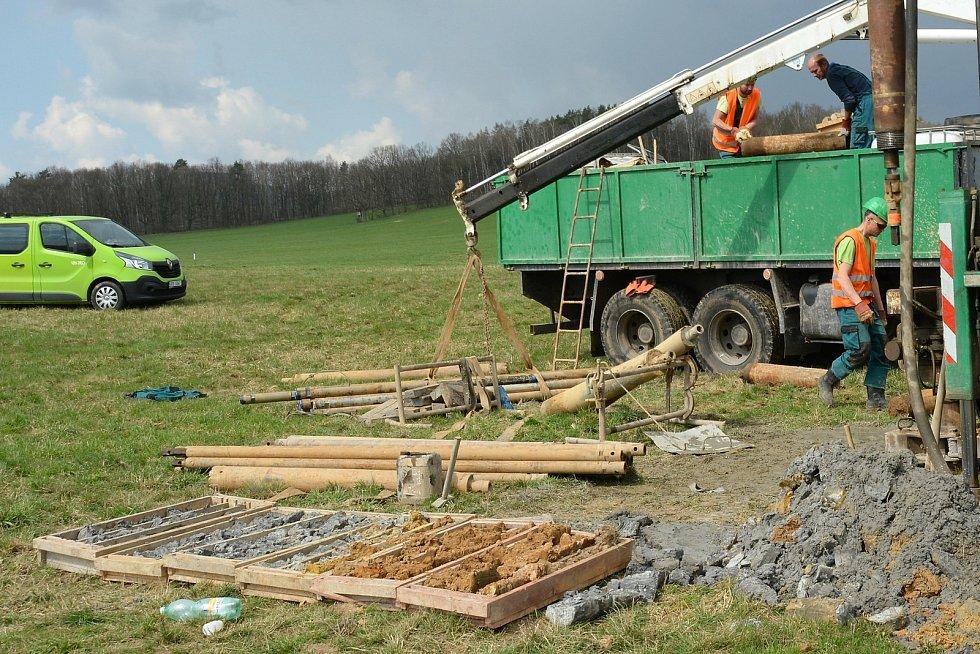 Geologové na loukách u Horní Libchavy a Manušic.