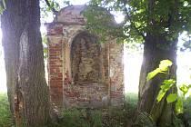 Oobrovská lípa zakrývá výhled na výklenkovou kapli u Bělé pod Bezdězem. Příští rok by měla památka dostat mimo jiné novou střechu a fasádu.