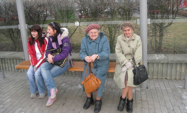 Obě generace spojuje nespokojenost s přepravou městskými autobusy.