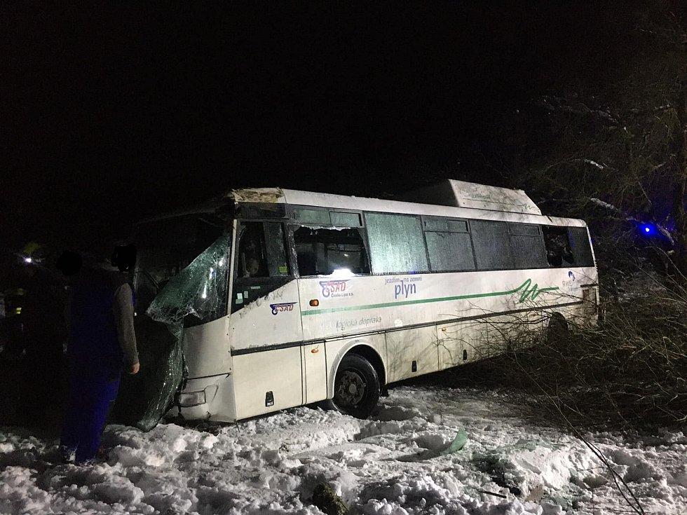Ranní nehoda autobusu na Českolipsku.