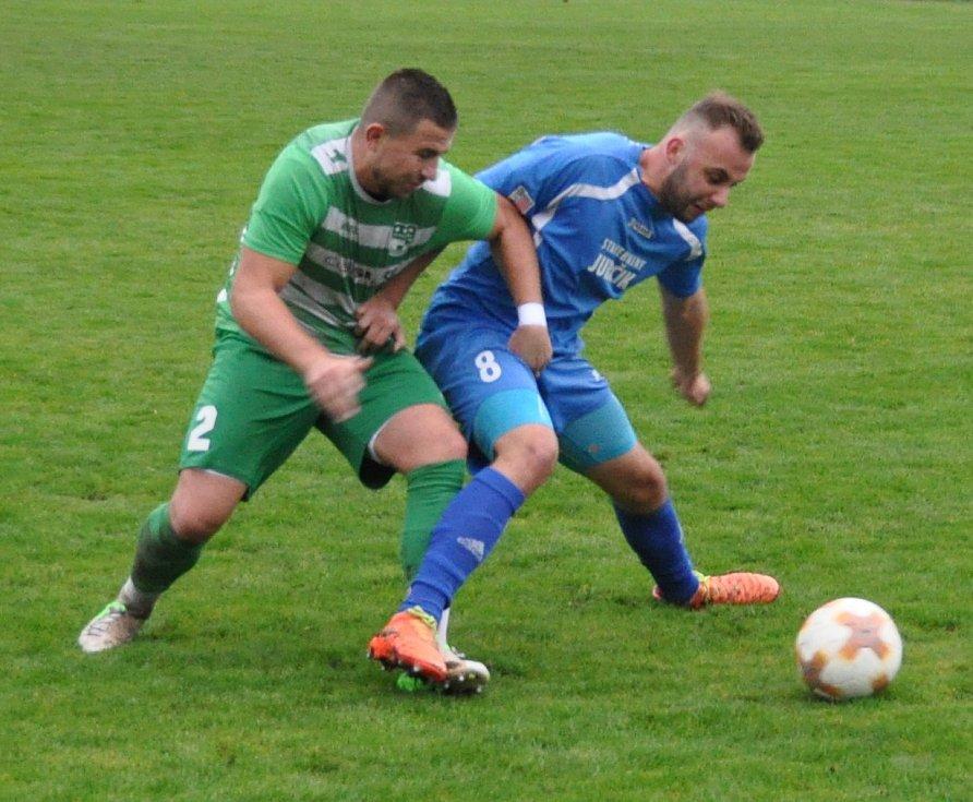 Lídr (v modrém) doma v 9. kole krajského fotbalového přeboru nezaváhal a porazil Nový Bor 1:0.