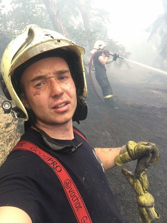 """Tohle foto je pěkné,co? Zákupský Tomáš Knobloch (v popředí) a vzdau hasič Tomáš Homza...při """"boji"""" s lesním požárem v Ralsku-Hradčanech."""