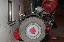 Ve středu nad ránem havaroval v Blíževedlích traktorista, příčinou byl jeho mikrospánek.