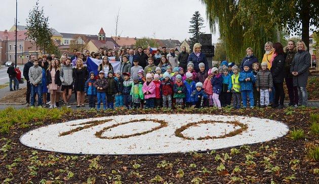 Sto let české státnosti bude vDubé připomínat Lípa republiky, kterou minulý týden vysadili vnově revitalizovaném parčíku uKostelního rybníka.