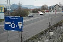 Dopravní značky a další prvky kruhového objezdu prodává soukromá firma městu se slevou.