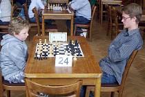 Nejmladší účastník, osmiletý Ladislav Krch (Nové Město pod Smrkem) proti Jakubu Rubášovi (ŠK Viamont Teplice).