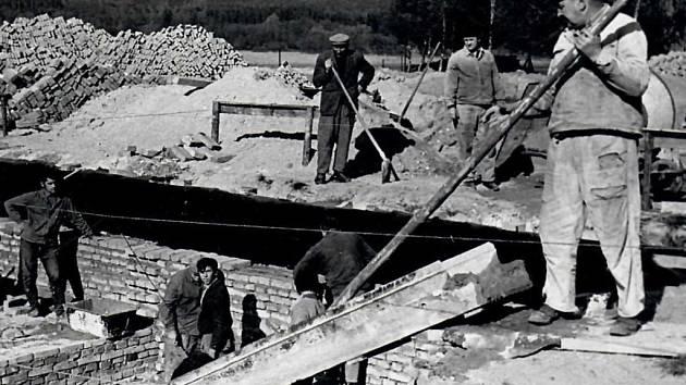 Obecní dobrovolníci ve Stvolinkách pomáhají v roce 1976  s výstavbou budovy pohostinství, dnešního motorestu u hlavní silnice.