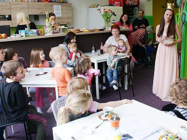 Celkem čtrnáct dětí ze sociálně slabých rodin se během včerejšího dne mohlo podívat do nové herny v České Lípě, to díky dobrovolníkům, kterým jejich rodinná situace není lhostejná.