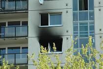 Zásah třech jednotek hasičů si vyžádal požár v panelovém domě v Okružní ulici v České Lípě.