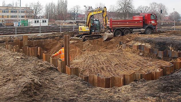 Stavaři v těchto dnech již připravují základy nového železničního terminálu v České Lípě.