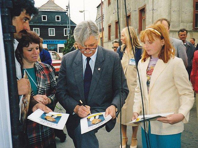 Na mítinku v Novém Boru počátkem 90. let minulého století podpořil Jiří Dienstbier předvolební kampaň přítele Ladislava Lise.