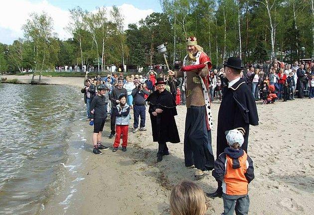 Májový karneval a s ním spojené odemykání jezera má v Doksech tradici. Letos proběhne již počtvrté.