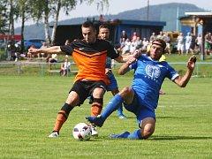 Hrádecký Holeček (v modrém) se snaží zastavit akci Švece.