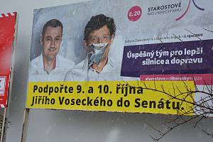 Hlavy politiků zůstaly na billboardech v České Lípě, ačkoliv od voleb uběhly už čtyři měsíce.