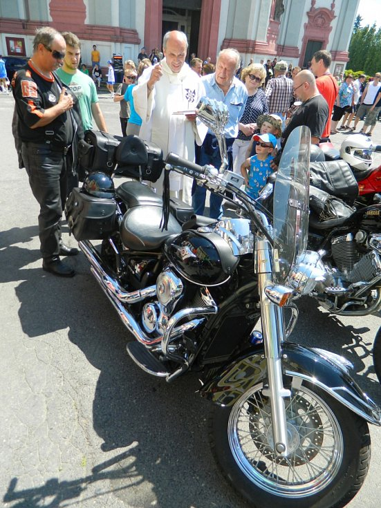 Rektor baziliky a děkan farnosti v Jablonném v Podještědí Pavel Mayer v sobotu požehnal motorkářům a jejich mašinám.
