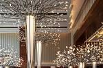 Preciosa Lighting vytvořila dynamickou instalaci pro dubajský hotel Mandarin Oriental Jumeira. Instalace zahrnuje celkem 14 stromů ve třech velikostech.
