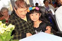 Předškoláci ve Stráži pod Ralskem navštěvují babičky a dědečky v Pampelišce