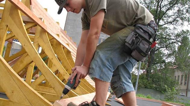 Lukáš Kopsa pracuje na výrobě překážek a také se představí na slavnostním otevření skateparku.