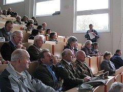 V aule základní školy U Lesa se v sobotu konal seminář k událostem z roku 1945. V hledišti zasedli jak bývalí odbojáři tak i potomci sudetských Němců.