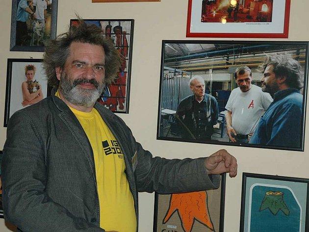 Bernard Hessen z Holandska ukazuje na jednu z fotografií v restauraci Ajeto, kde je se svým dlouholetým přítelem Petrem Novotným. Sympozium se tak stává i místem, kde se setkávají staří známí.