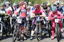 Populární závod na horských kolech MTB Maraton Bohemie 2017 pro širokou veřejnost a ambiciózní jezdce ostartoval v neděli z cyklistického areálu v Novém Boru.