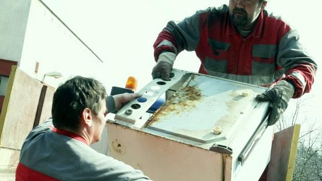 Pro zaměstnance technických služeb města Nový Bor Romana Shöna a Libora Hrnčíka je boj proti černým skládkám každodenním chlebem.