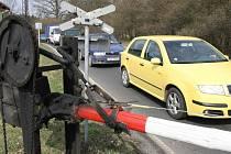 Řidiči musí na přejezdu v Zahrádkách při každém spuštění závor nejméně deset minut čekat.