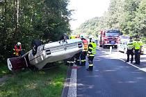 Veterán u Nového Boru skončil na střeše. Řidič předjížděl nákladní auto