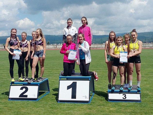 Českolipské atletky získaly bronz ve štafetě na 4 x 60 m (na snímku vpravo).