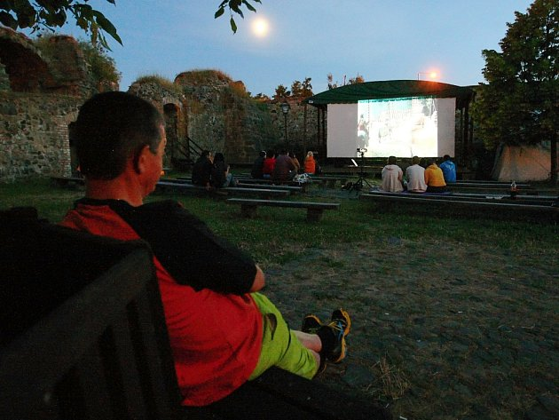 Letní kino funguje už několikátým rokem v České Lípě na Vodním hradě Lipý.