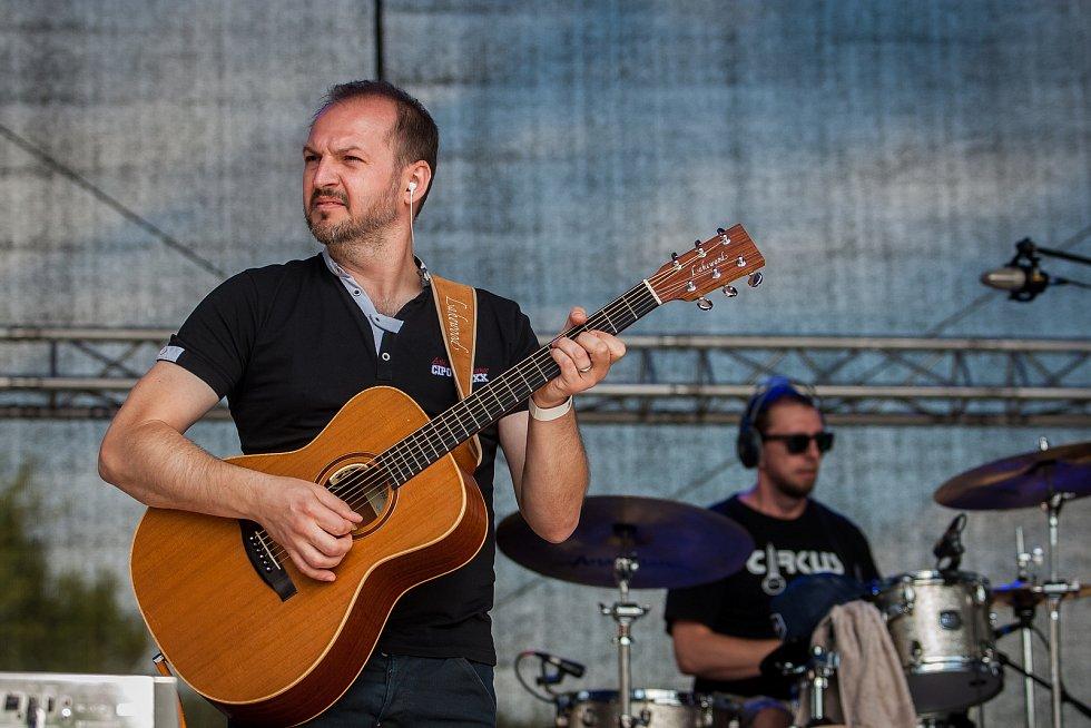 Hudební festival Plechovka fest začal 6. července na louce ve Cvikově na Českolipsku. Na snímku je kapela při vystoupení zpěvačky Kristíny Pelákové.