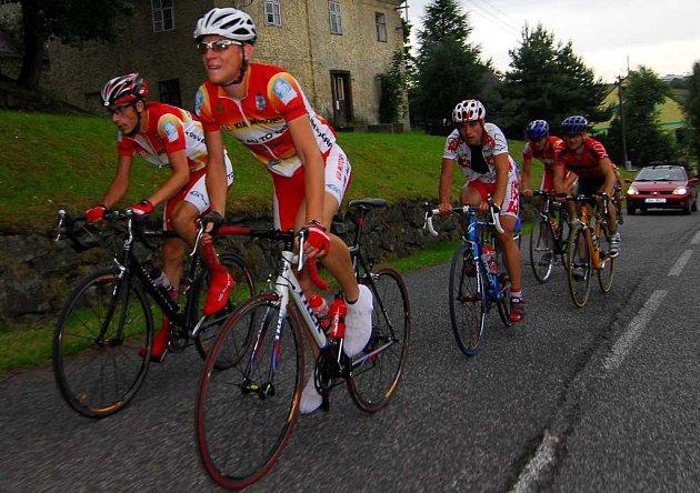 Desátým závodem pokračovala Severočeská amatérská liga cyklistů. Závod prověřil sportovce v sedmdesáti kilometrech, a to po trase z Mostu do horské vesničky Brandov.