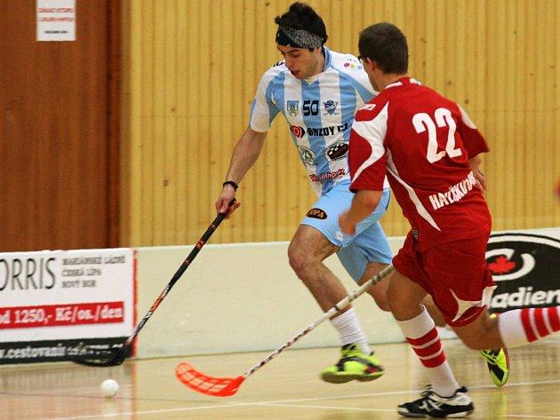 Štěpán Slaný (v modrobílém) by v utkání proti týmu z Pardubic neměl chybět.