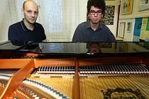 David Tichý (vpravo) si jako první vyzkoušel nové piano.