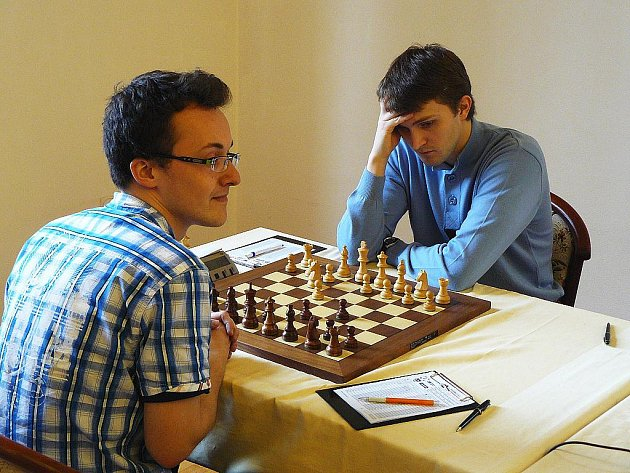 Dvacátý osmý hráč světového žebříčku Nikita Vitiugov (vpravo) rozehrává nakonec remízovou partii s Martinem Petrem (ŠK Polabiny).