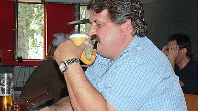 """Favoritem novoborského šachového """"miniturnaje"""", který kombinoval body za vyhrané partie s body za vypitá piva, byl českobudějovický borec zvaný Bivoj."""
