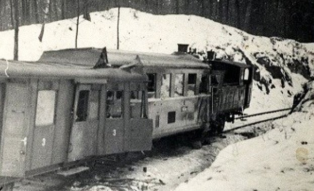 Historická fotografie nehody poskytnutá zarchivu Železničního muzea vZubrnicích.