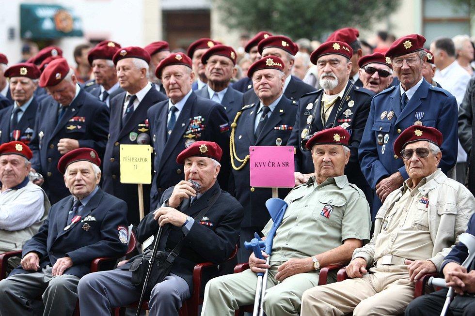 Vzpomínkový akt k 65. výročí vzniku první poválečné výsadkové jednotky čs. armády v Zákupech ve městě proběhl v sobotu v rámci 16. ročníku Zákupských slavností.