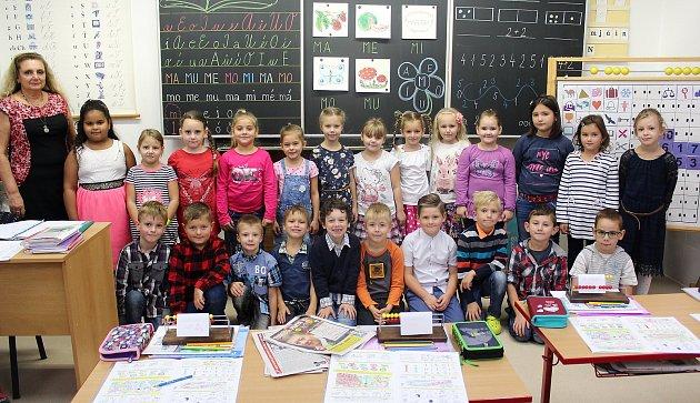 Žáci 1.B ZŠ Pod Ralskem Mimoň spaní učitelkou Marií Němcovou.