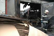 Hasiči při odklízení požáru v Novém Boru